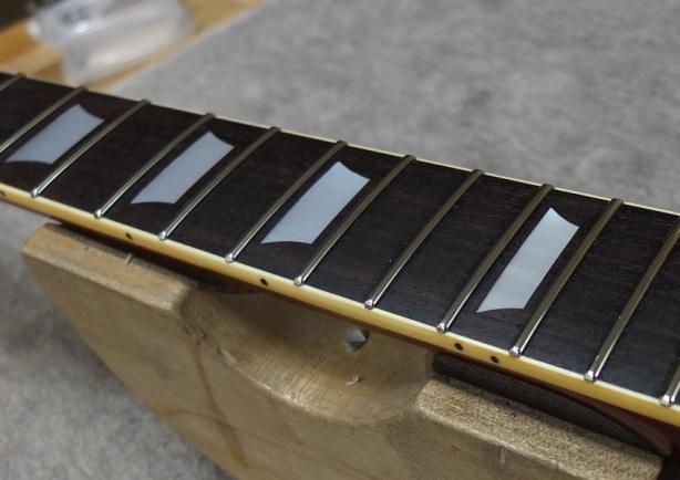 フレット両端を丸めて上面の擦り合わせ、フレットエッジの加工まで終えた状態。
